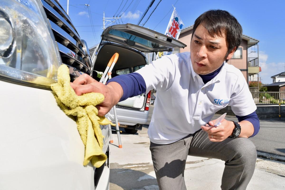 洗車作業をする杉本さん