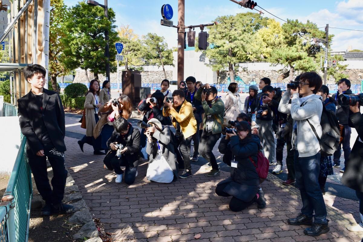 山口さん(中央の黄色い服)が講師となった「写真の学校」