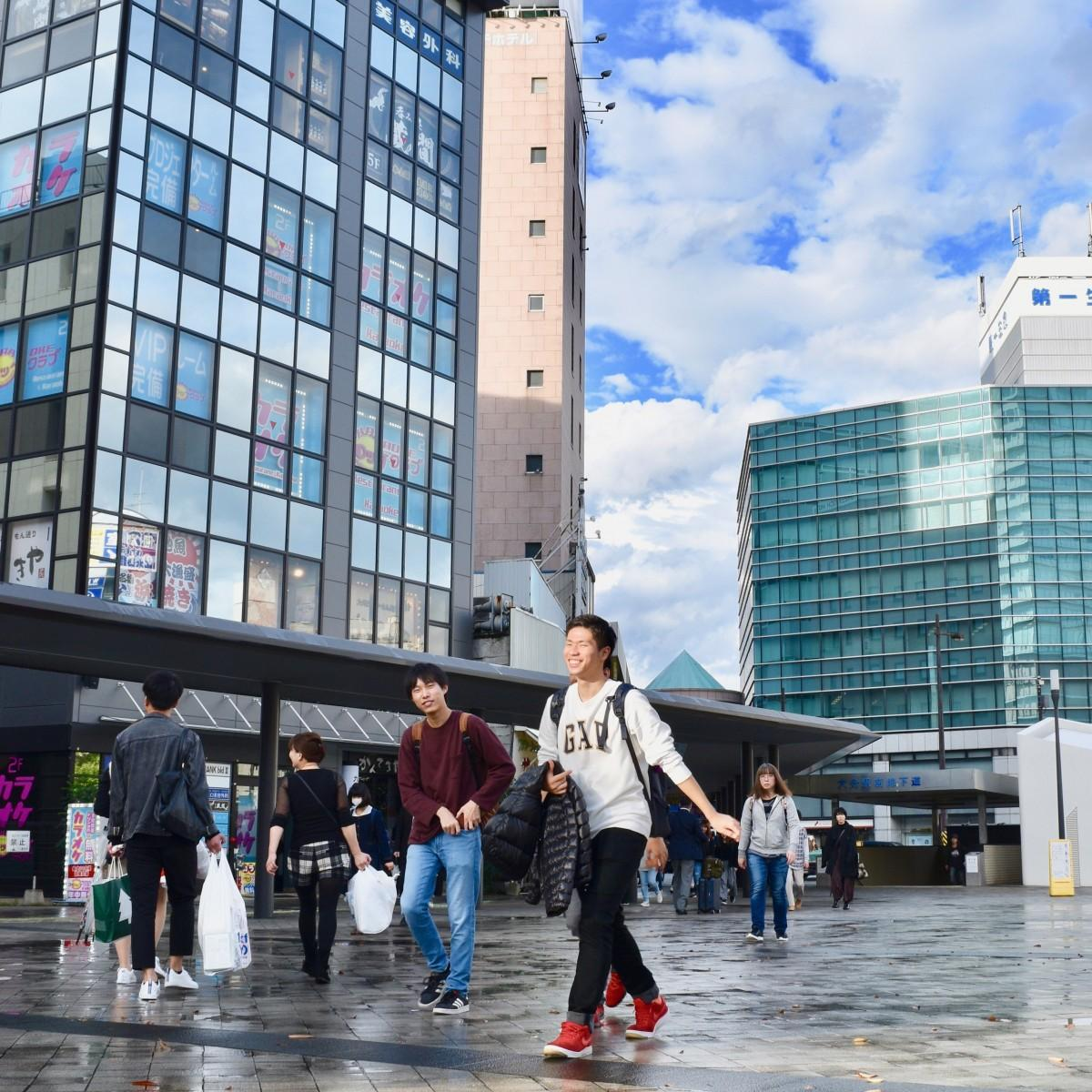 大分市でも25度の夏日を観測した(JR大分駅府内中央口広場で、4日15時ごろ)