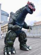 大分市のビル群にご当地怪獣「ブゴン」 フリマイベントに雄々しく登場