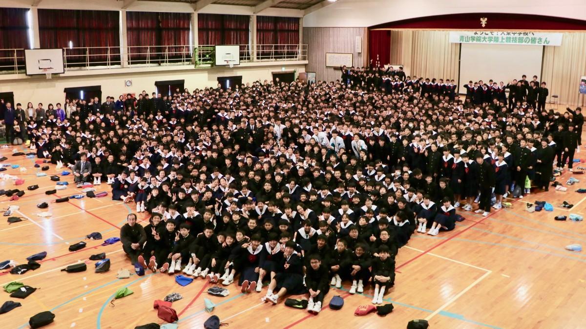 青学陸上部と全校生徒の記念撮影
