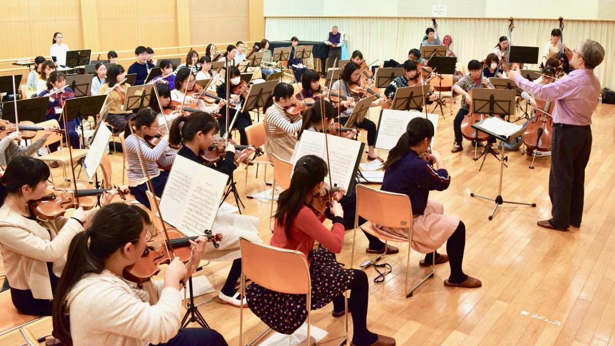 本番に向けて練習するグランシアタ・ジュニアオーケストラ