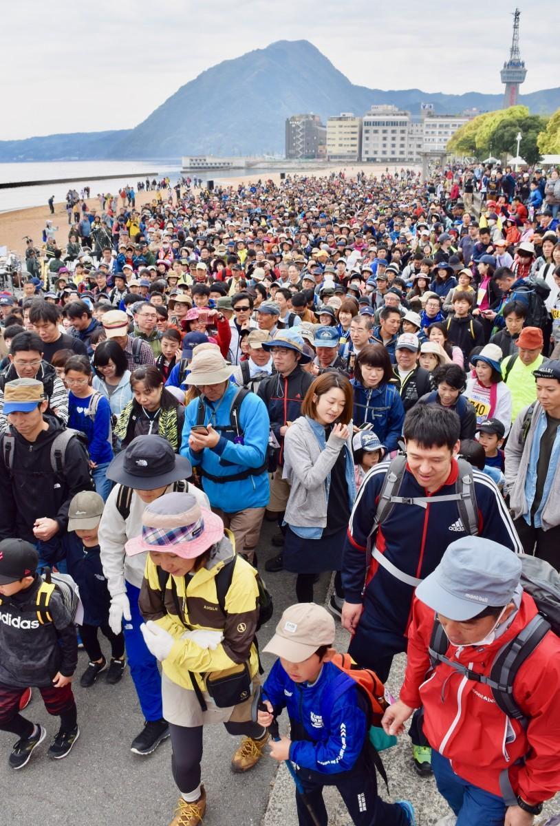 約3000人が参加した「鶴見岳一気登山」
