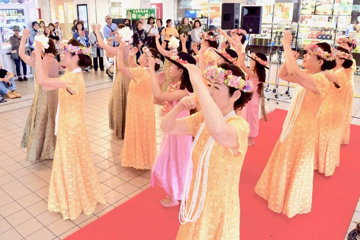 別府駅構内で踊る参加者