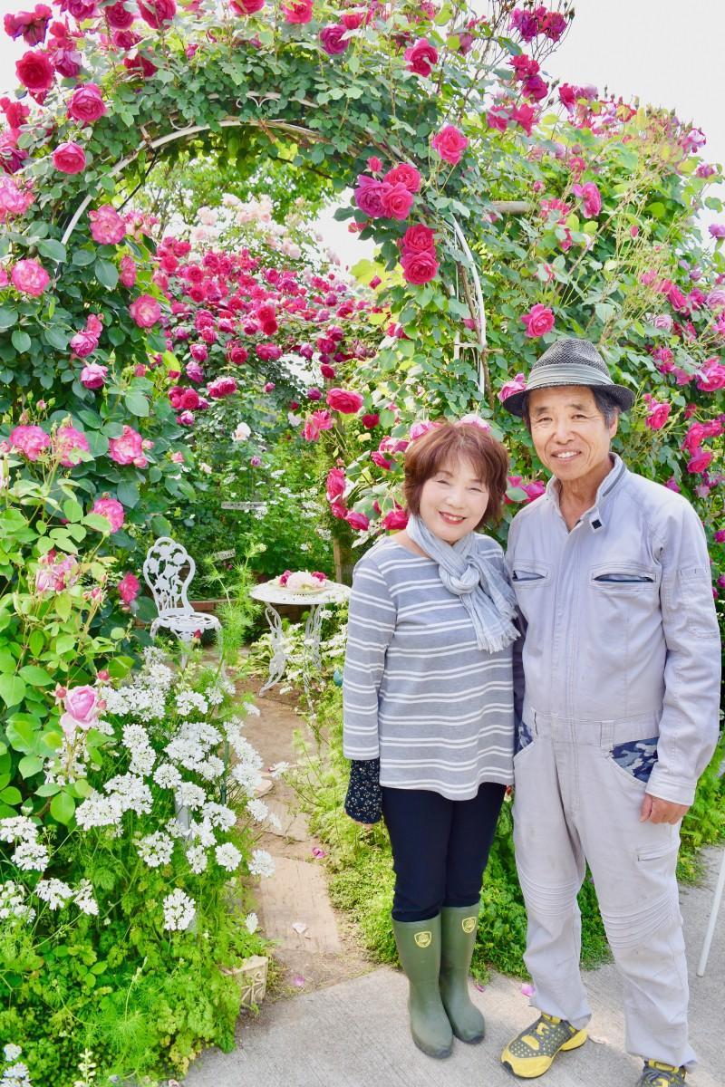 「好きな時にバラを楽しんで」と語る広川夫妻