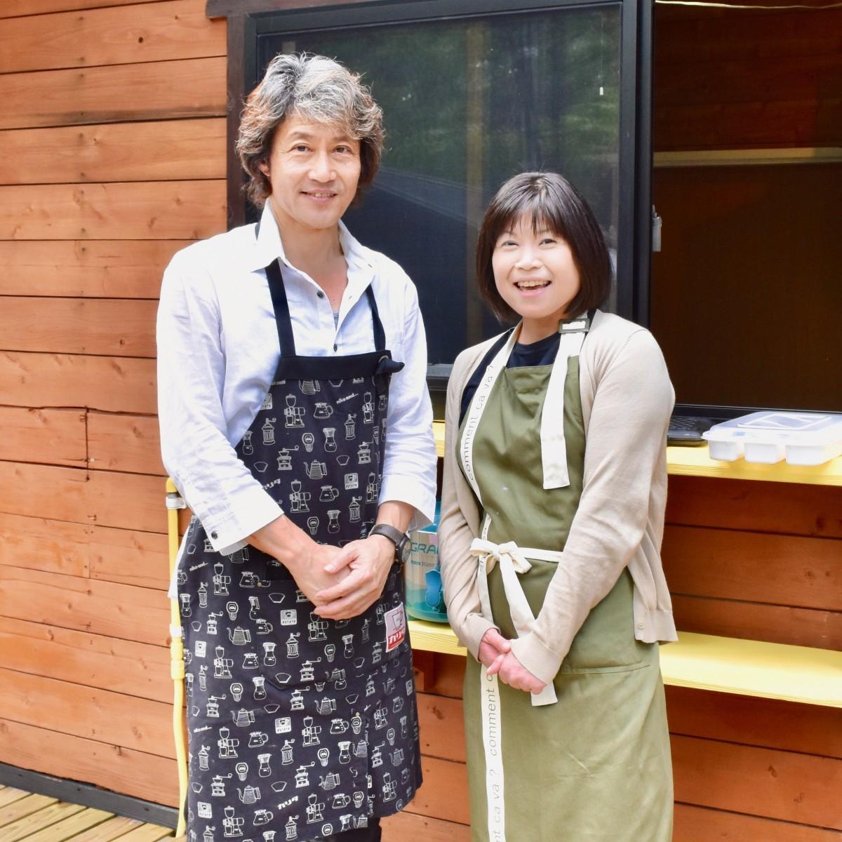 「森の交茶店」をオープンする加藤さん(左)と「はとこ」で師匠の工藤さん