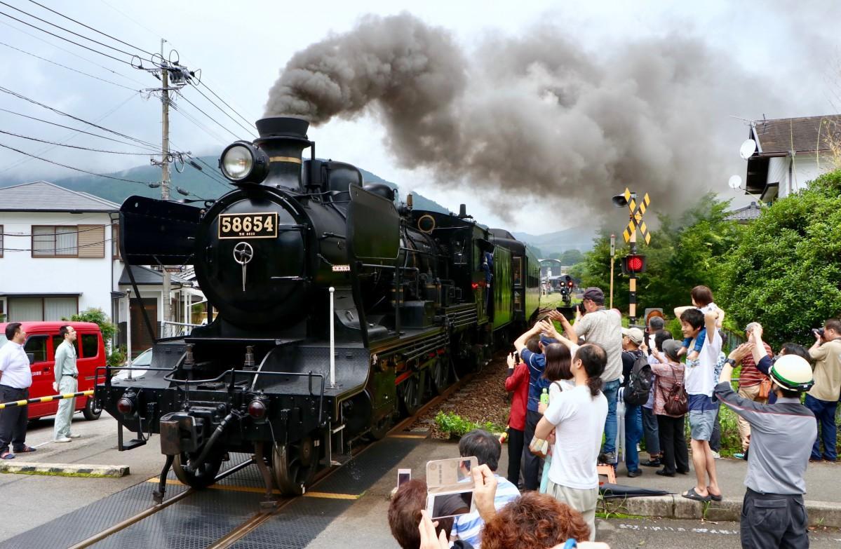 「SL湯けむり号」に手を振る地域住民や鉄道ファン(9日13時ごろ撮影)