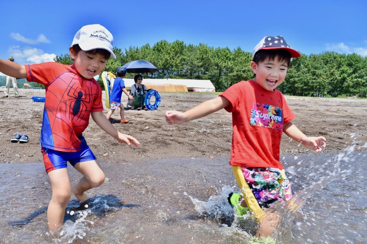 海に走り込む子どもたち(7月15日10時45分ごろ撮影)