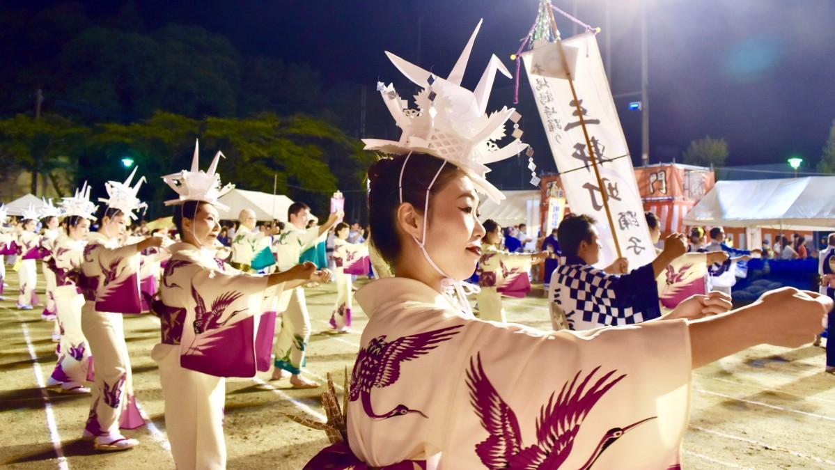 夏夜に「鶴」舞う しなやかな踊りを披露する参加者