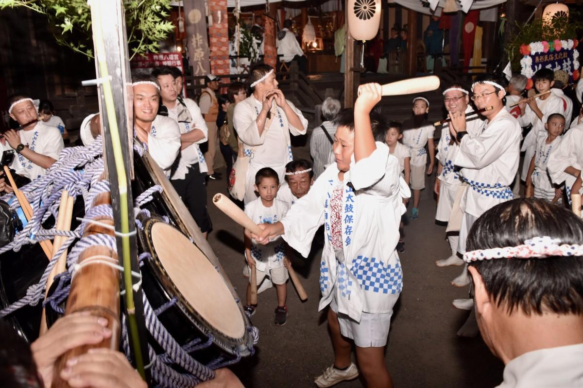 笛と太鼓で盛り上がる「浜の市」(9月14日19時ごろ撮影)