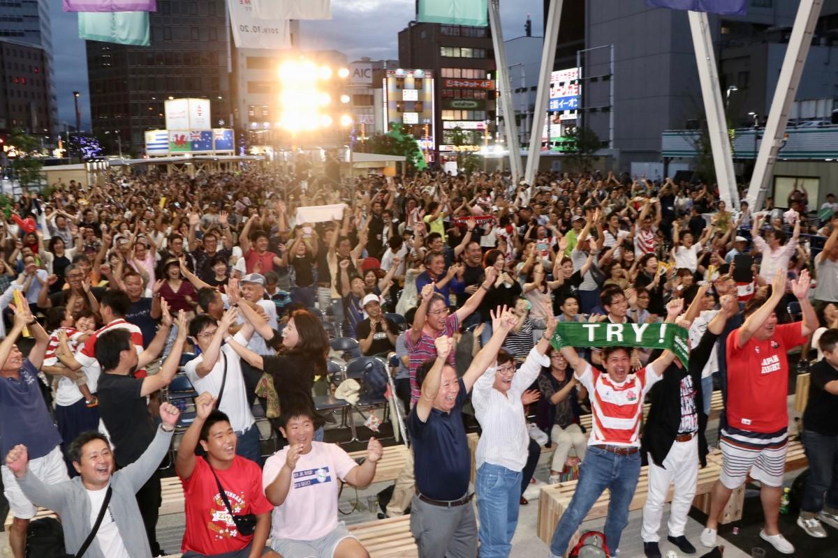 「ジャイキリ」に沸く大分のラグビーファン(祝祭の広場・9月28日18時10分ごろ撮影)