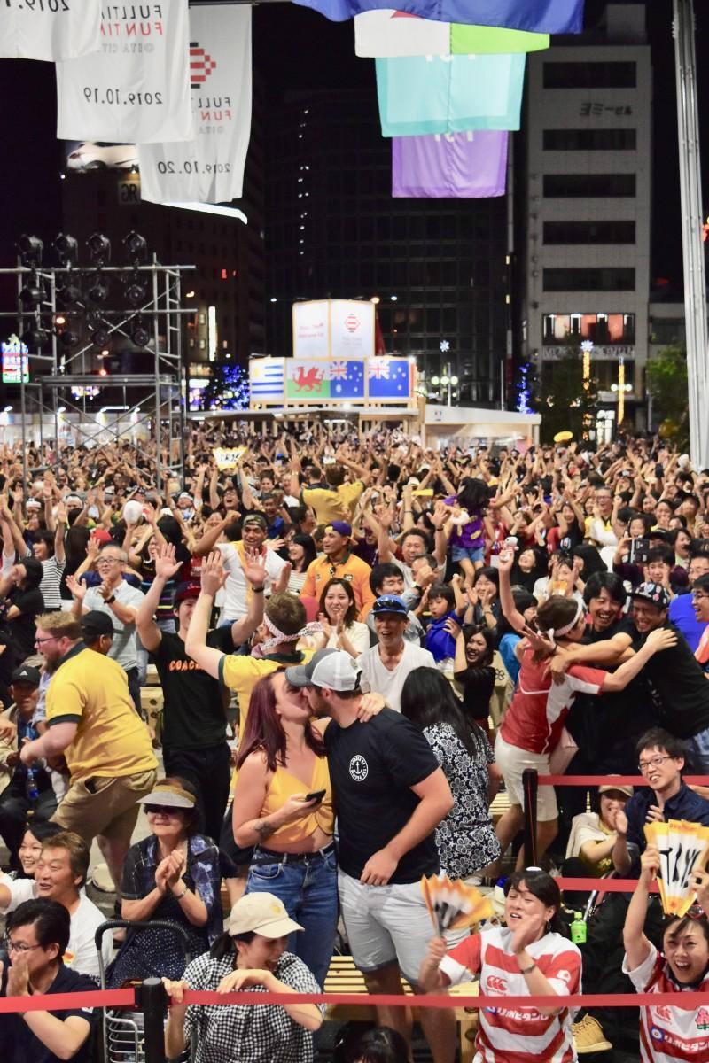 終了間際のトライで盛り上がる祝祭の広場(10月5日21時22分)