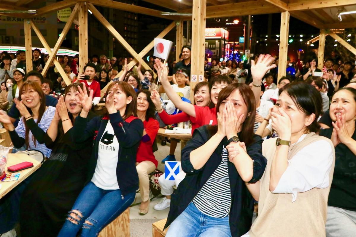 残り1分ー「お願い」。勝利を祈る大分の女性ファン(祝祭の広場で、10月13日21時40分ごろ)