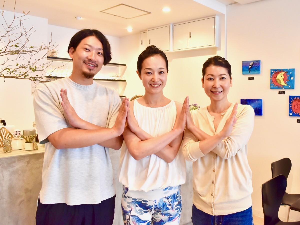 「DJヨガ」を行う長谷川さん、尾渡さん、日名子さん(左から)