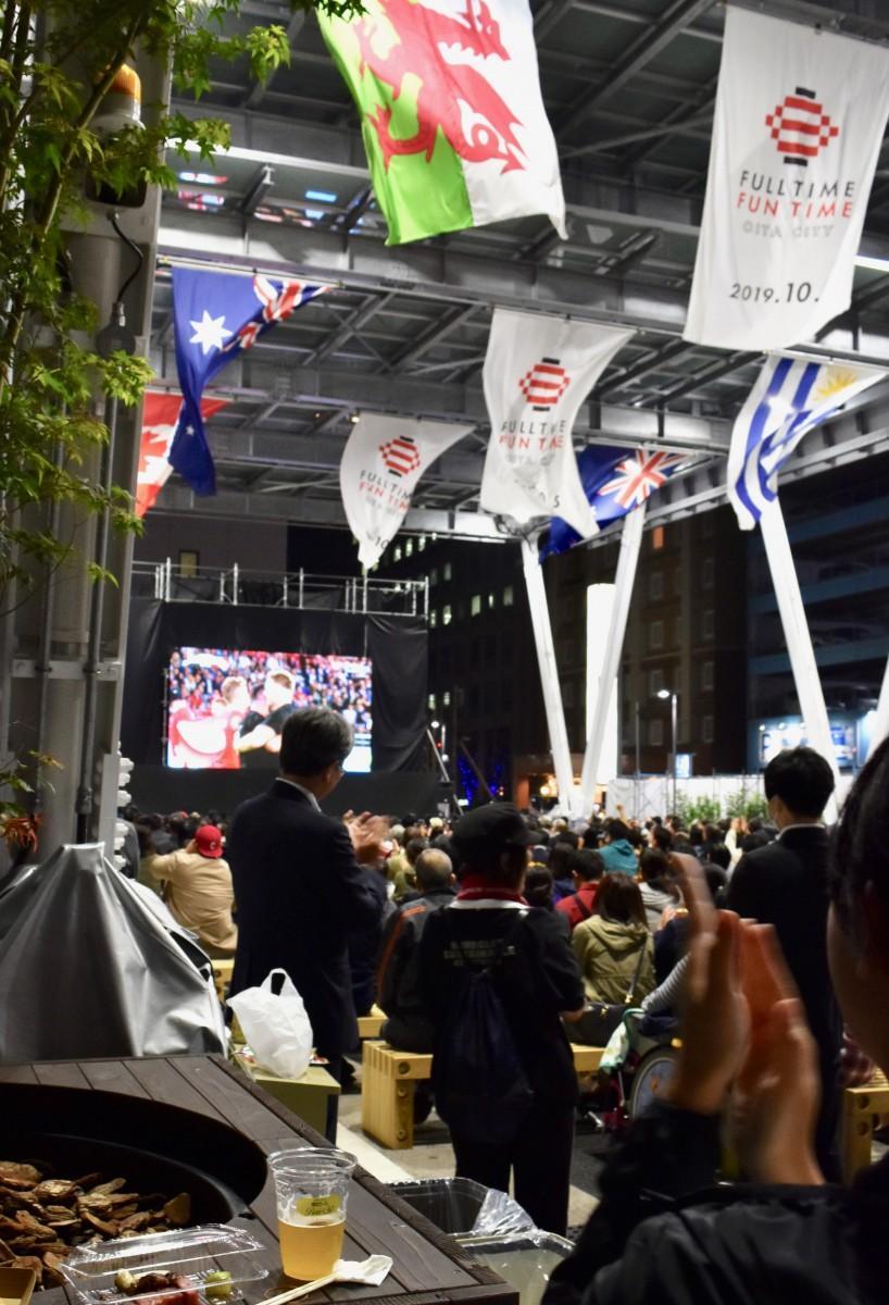 PV観戦で盛り上がる大分市の祝祭の広場(11月1日19時5分撮影)