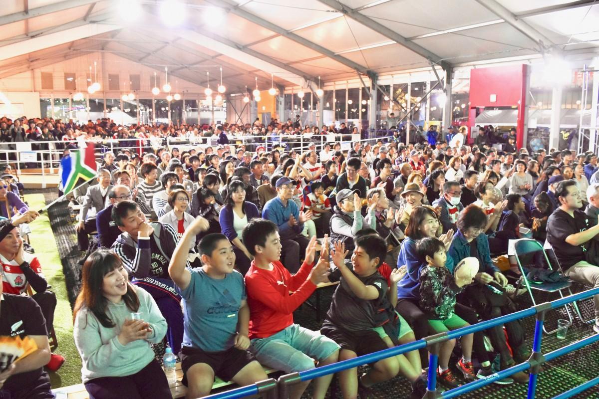 決勝戦のPVで盛り上がる大分のファンゾーン (11月2日18時55分撮影)