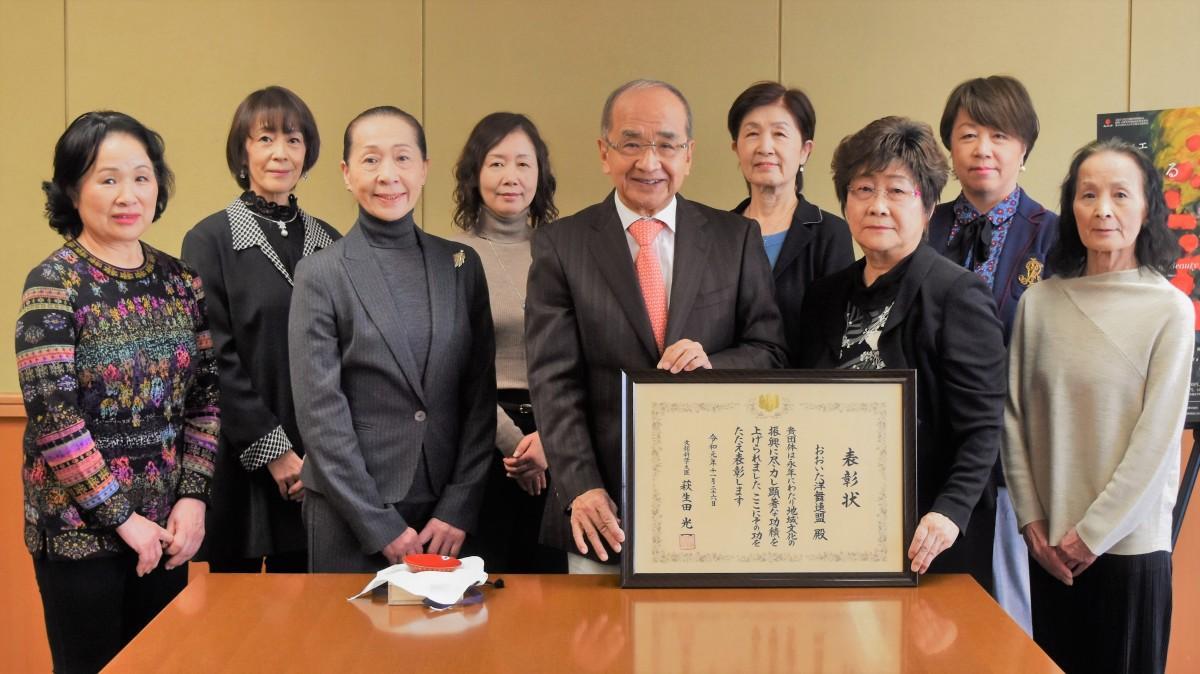 大分県庁を訪れた「おおいた洋舞連盟」(右から3人目が湯原会長)
