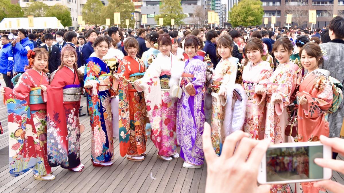 記念撮影でポーズを取る大分市の新成人