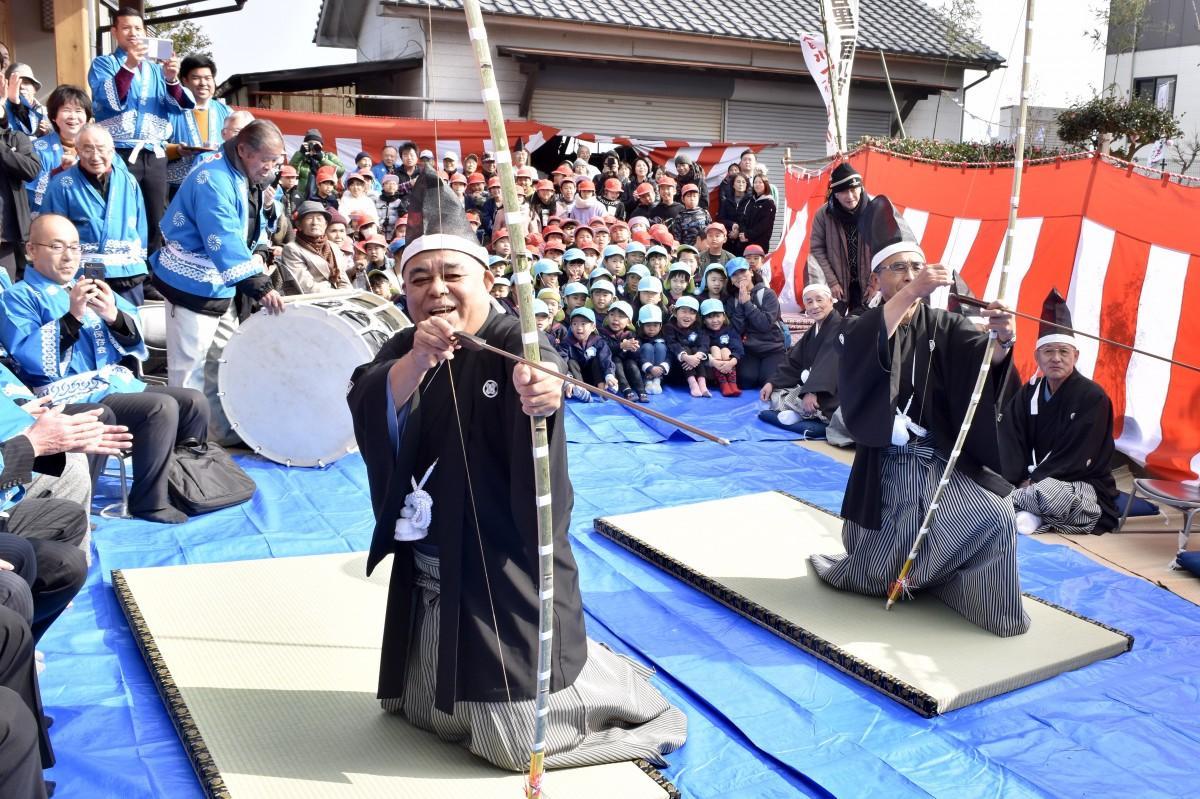 「二目川百手まつり」で矢を射る頭人の小野さん(左)