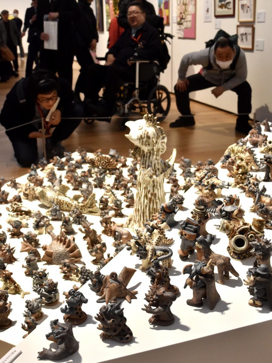 大分県立美術館で始まった「おおいた障がい者アート展」(中野さんの「モンスター」)