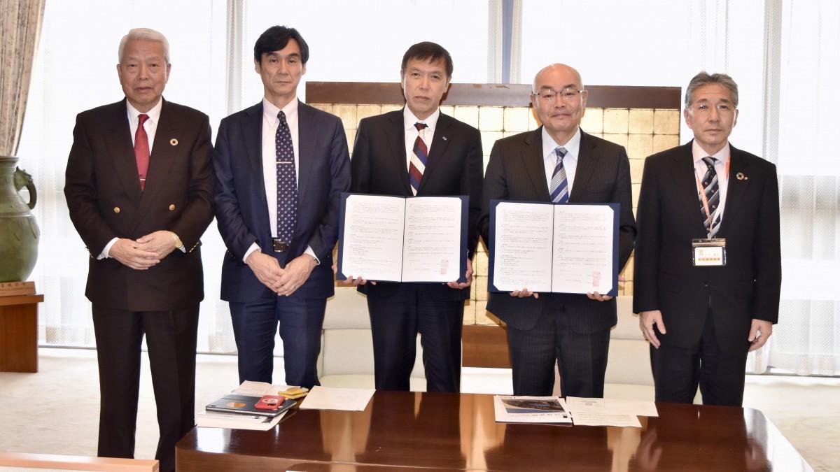 大分県庁で行われた県と大分県電設業協会の協定締結式(中央が尾野会長)