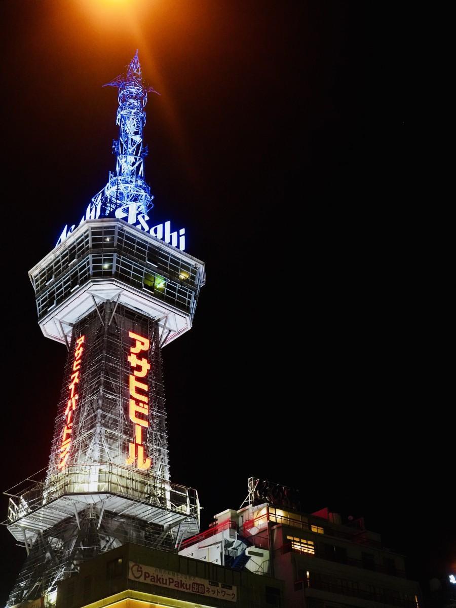 青くライトアップされた別府タワー