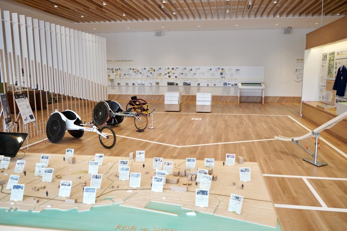 車いすマラソンなどを紹介する展示室