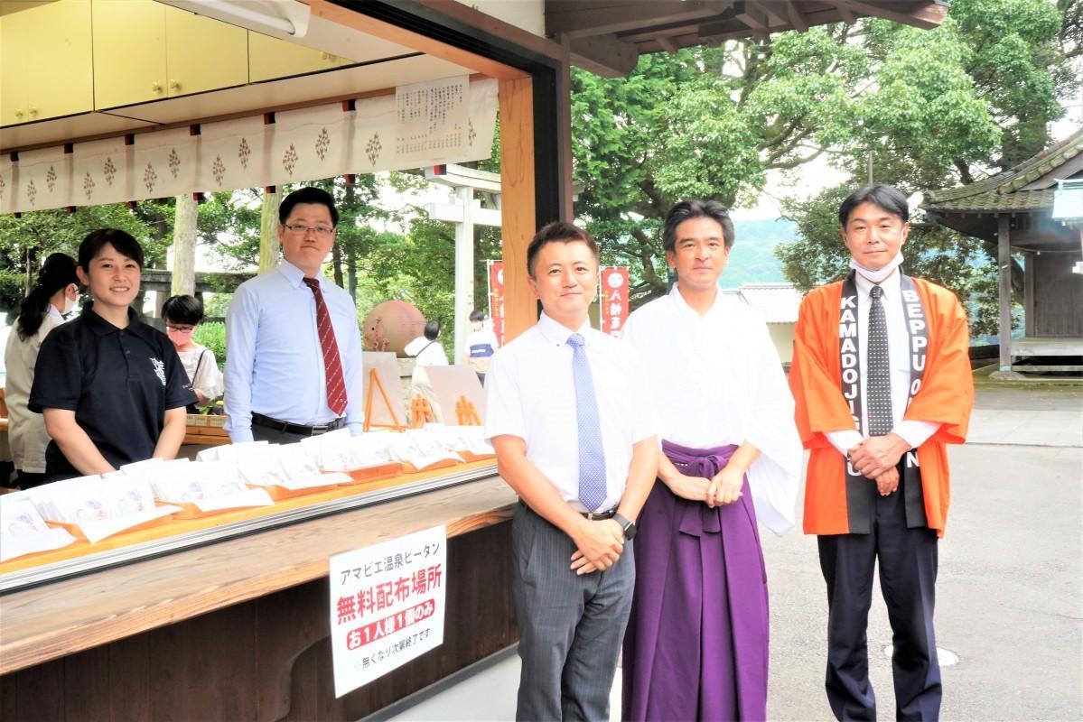 社務所前で温泉卵100個を無料配布する(右から、首藤宏行さん、西本さん、宇都宮貴さん)
