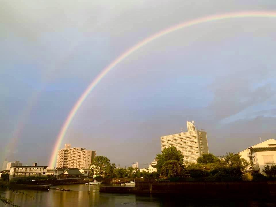 大分市で見られた二重の虹(9月1日6時10分ごろ、長屋健さんが撮影)