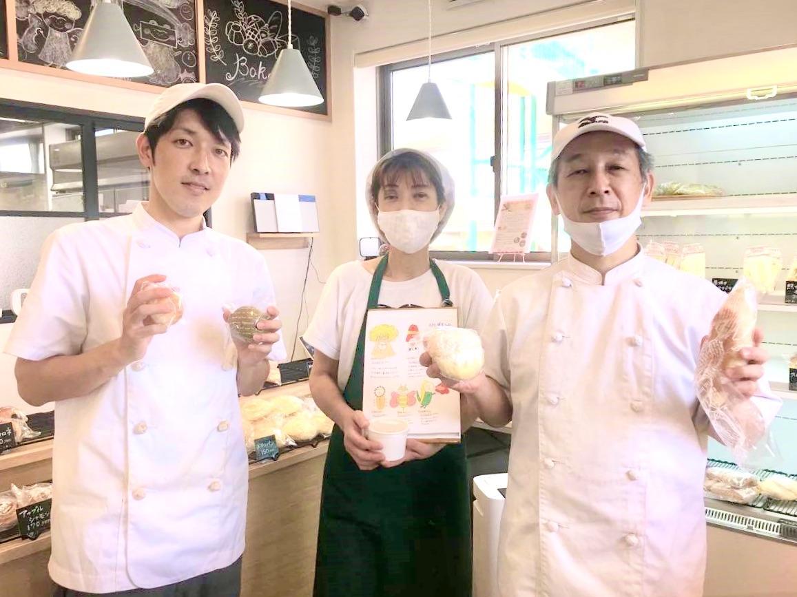 移転リニューアルした「木村家パン」と小林さん(左)