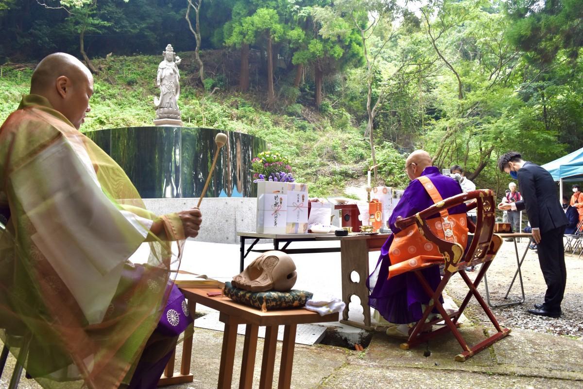 霊山寺「自然葬」モニュメントの完成式典