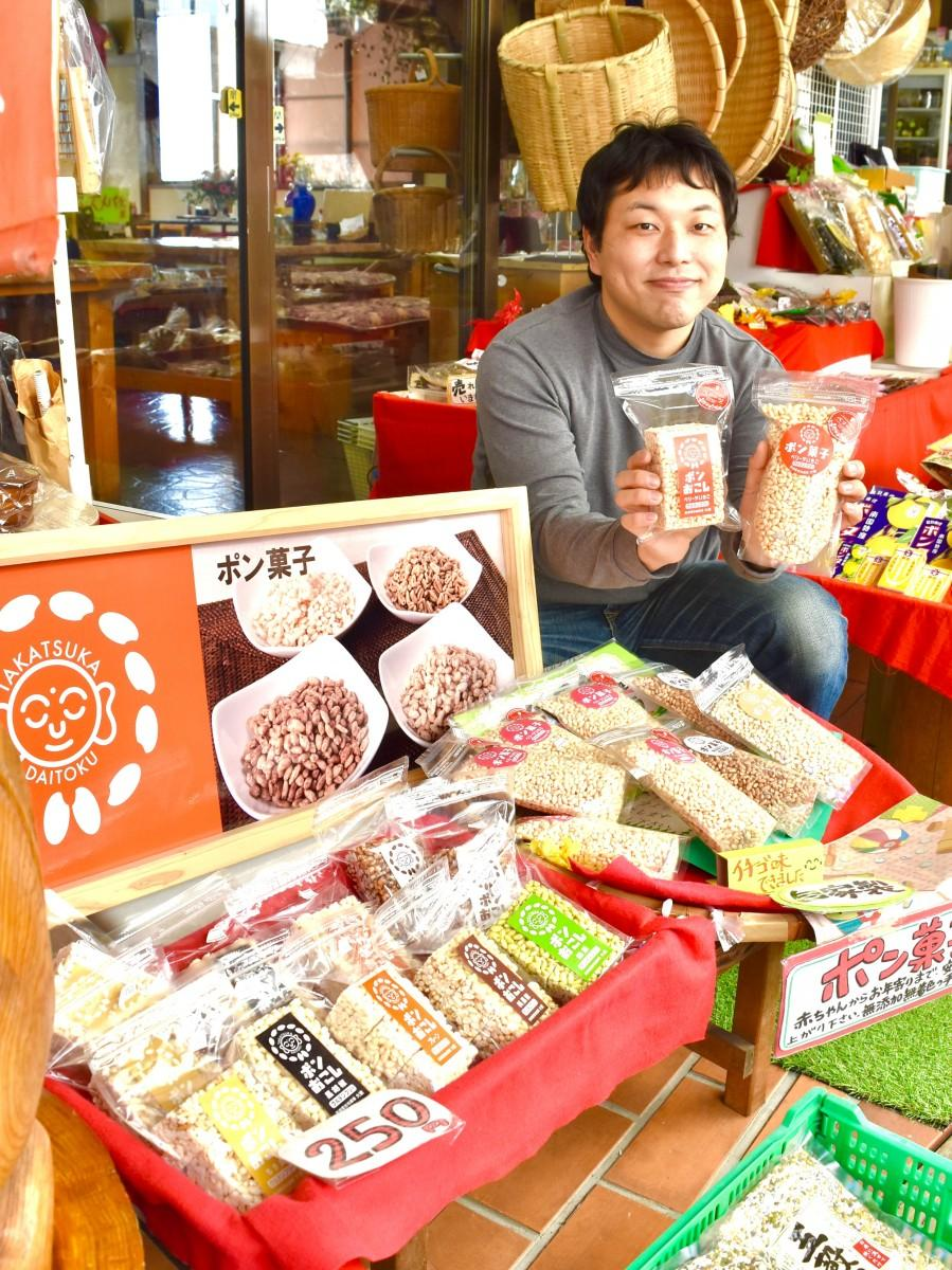 「ベリーツいちご」のポン菓子を手にする穴井さん