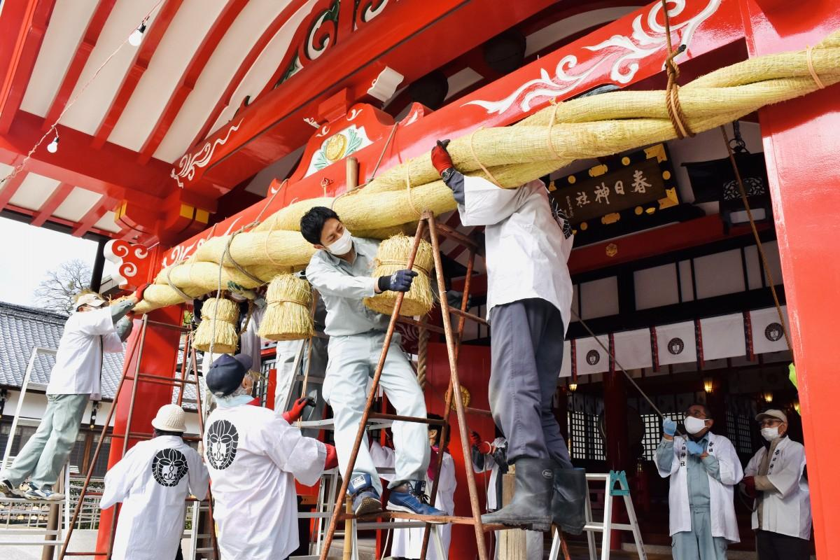 春日神社の大しめ縄取り付け作業