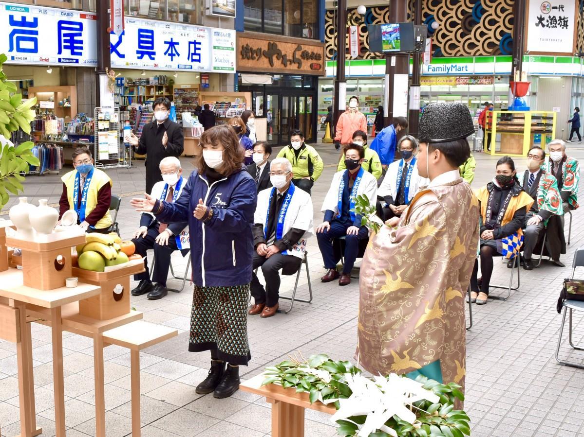 ガレリア竹町ドーム広場で祈願する関係者