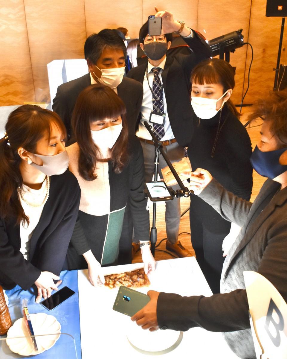 綿貫さん(右)から撮影方法などを学ぶ参加者