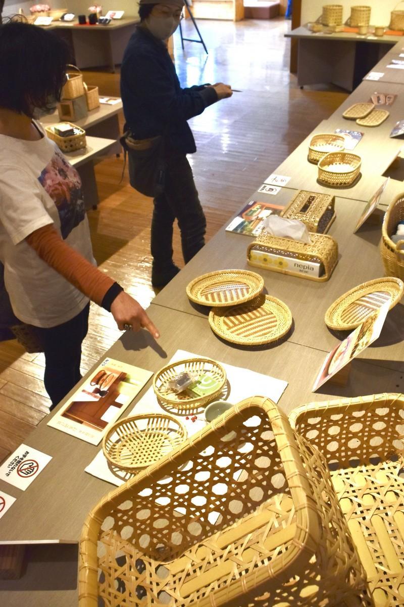 60種類以上の「別府竹細工」が並ぶ修了作品展