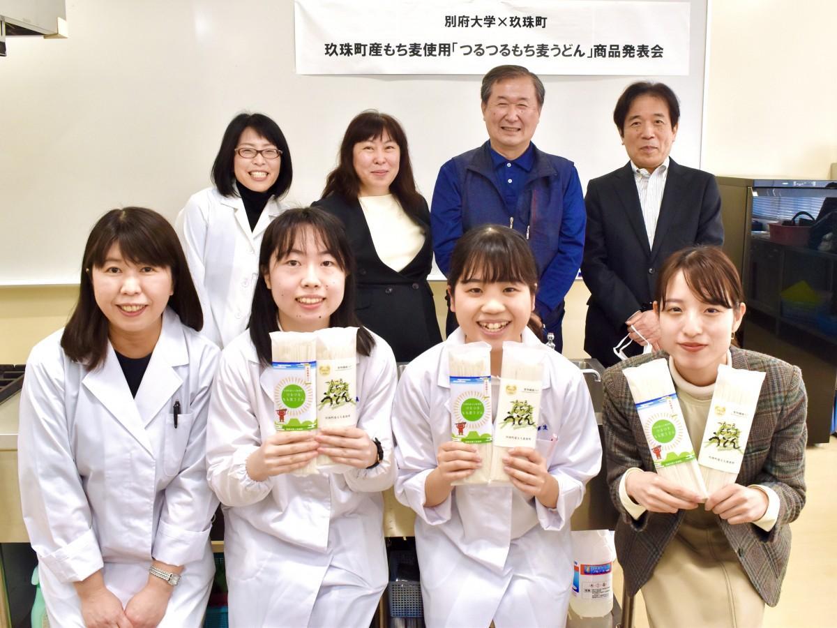 「つるつるもち麦うどん」を手にする学生ら(前列左から梅木准教授、大久保さん、麻生さん、田中さん)