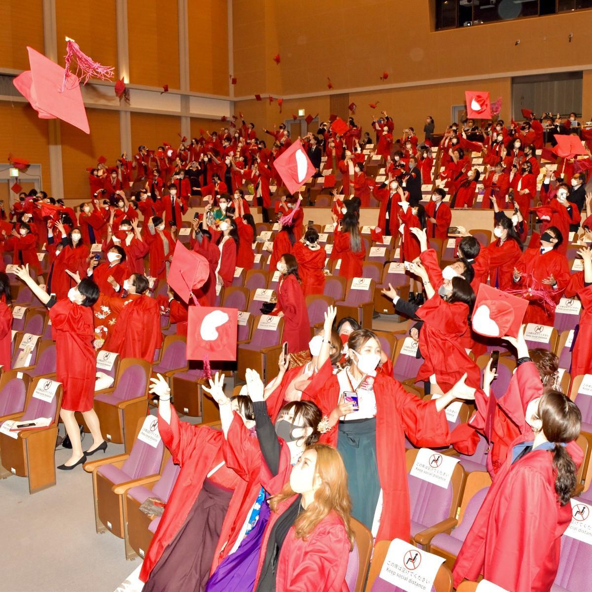 「赤角帽、宙に」 学位授与式で行われたキャップトス