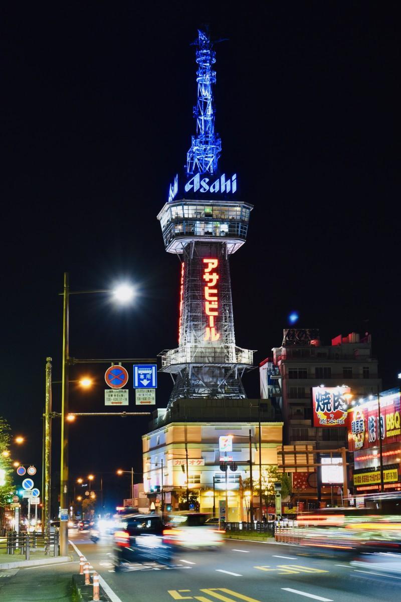 青くライトアップされた別府タワー(3月22日20時10分撮影)