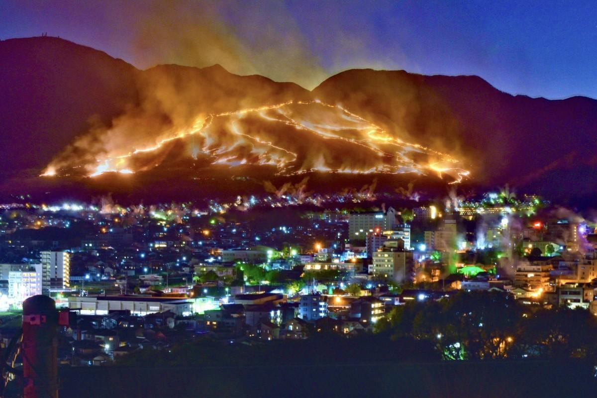 大平山を野焼きする「扇山火まつり」(4月6日19時13分から53分まで撮影の4枚を多重露光)