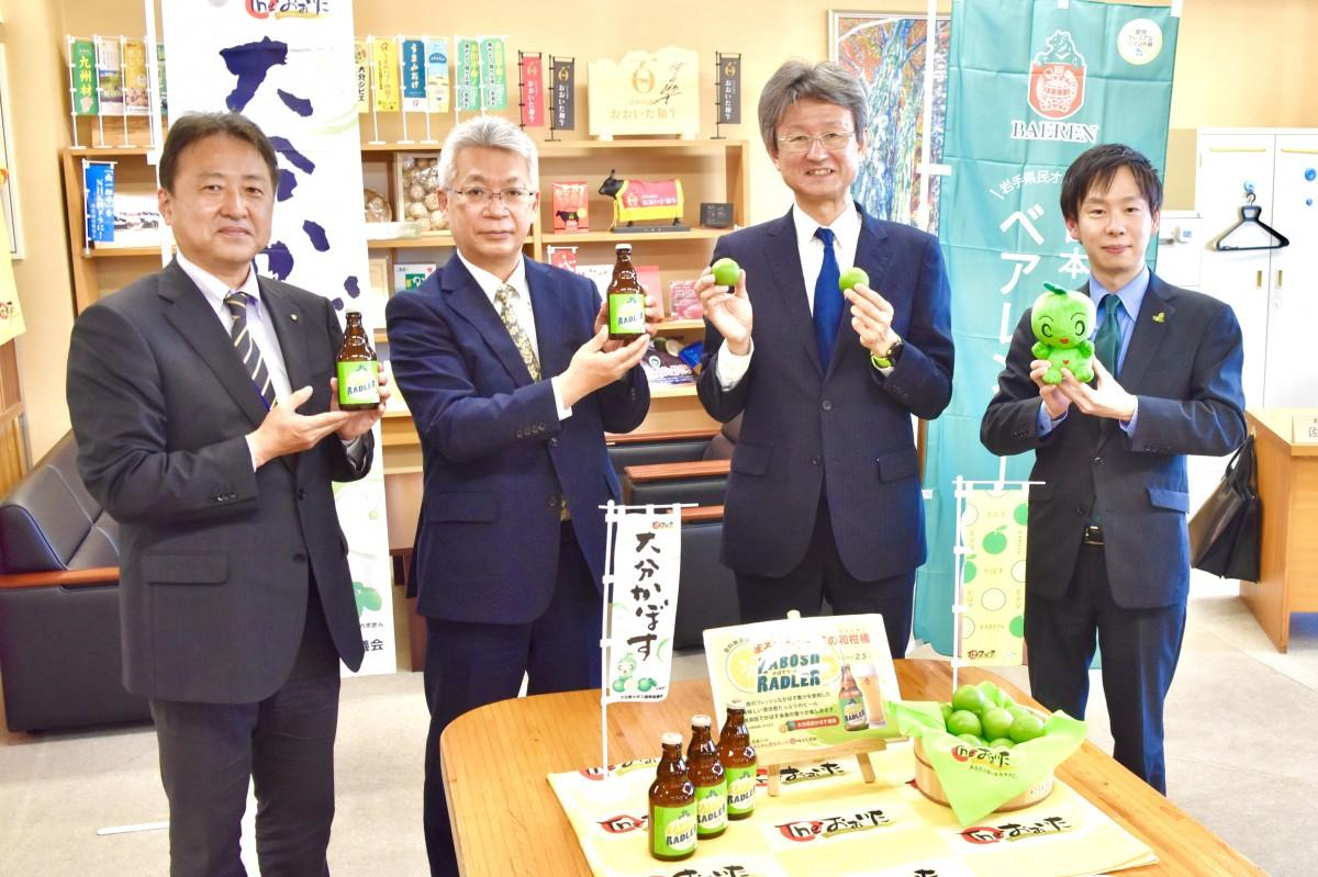 販売開始を報告する嶌田専務(右から2人目)と村上さん(右)