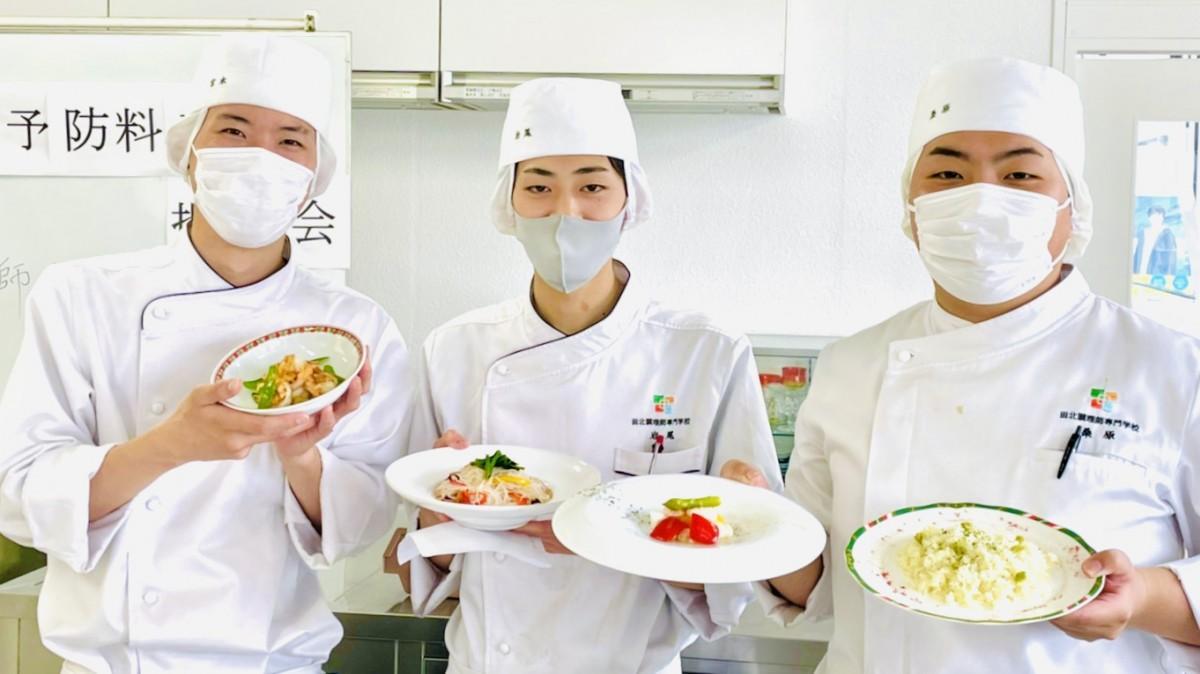 提案会で料理を紹介する学生