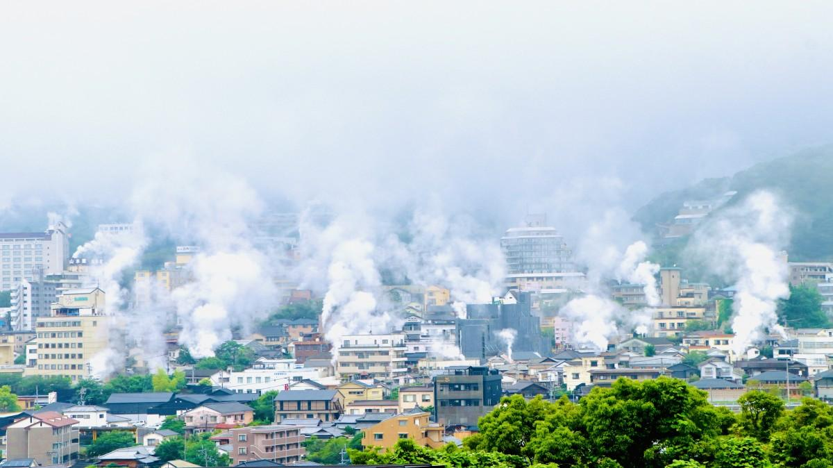 梅雨空に湯煙が溶け込む(別府市鉄輪で、6月15日6時52分撮影)