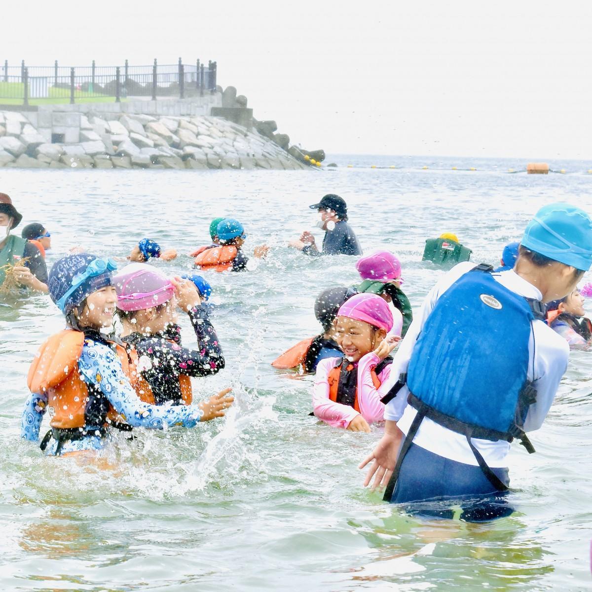 水の掛け合いを楽しむ子どもたち
