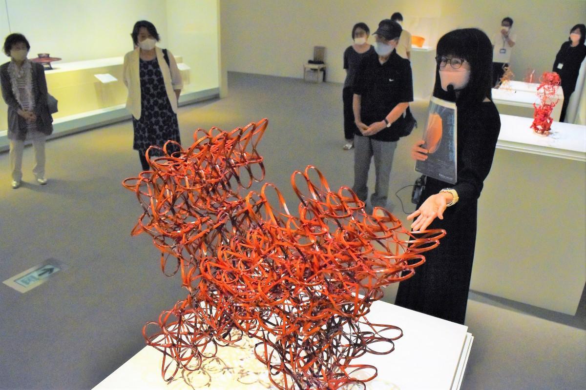 大分県立美術館で始まったOPAMサポーターのギャラリートーク(8月21日)