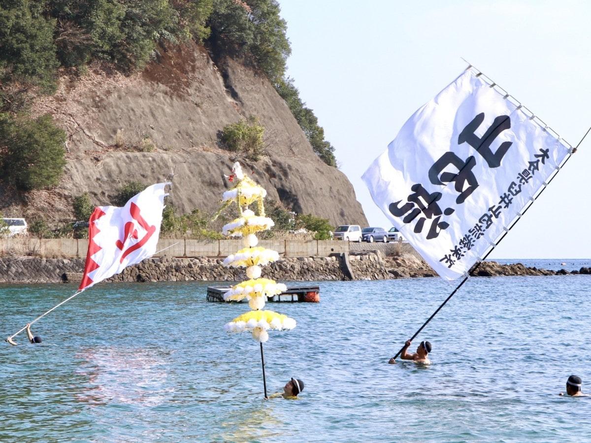 水上で大旗を振る「旗振り」