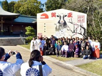 「モー師走」 大分市の大分県護国神社に丑の巨大絵馬