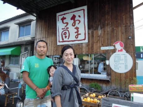 「おまち堂」外観。社長の武田典雄さん、妻の万実(まみ)さんと悠楓(はるか)ちゃん