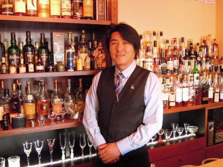 店主、近藤良雄さん(39)。胸元にはウイスキーエキスパート認定バッジが輝く