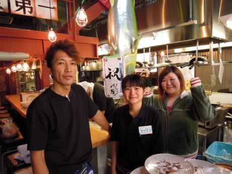 ホール責任者の友森匡美(まみ)さん(一番右)と、元気いっぱいのスタッフ
